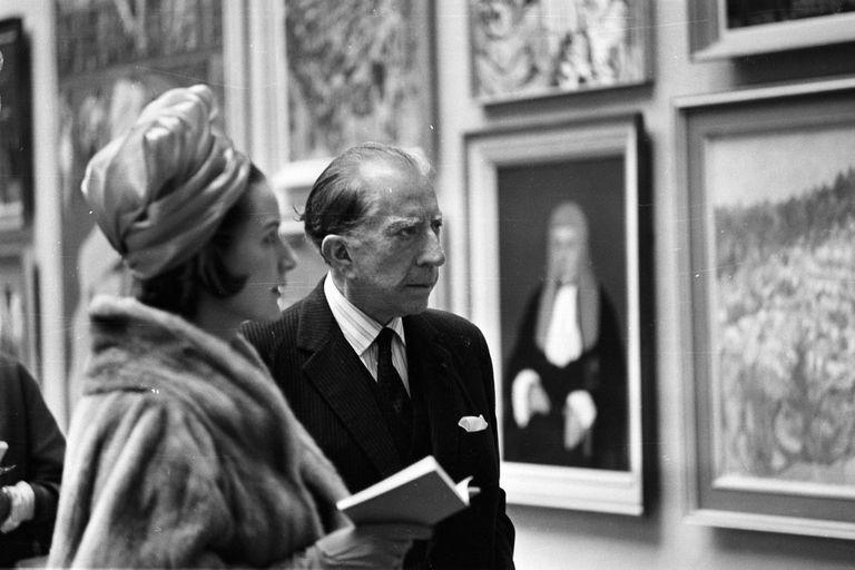 El multimillonario petrolero J. Paul Getty, con su abogada inglesa, Robina Lund, en abril de 1965 visitando una exposición en la Royal Academy de Londres