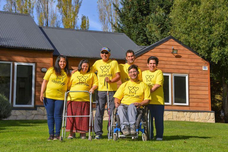 En San Martín de los Andes la Asociación Puentes de Luz lleva adelante un proyecto de vida independiente llamado CasaTuya: es una vivienda convivencial para personas con discapacidad que deseen independizarse de sus padres o que ya no los tienen.