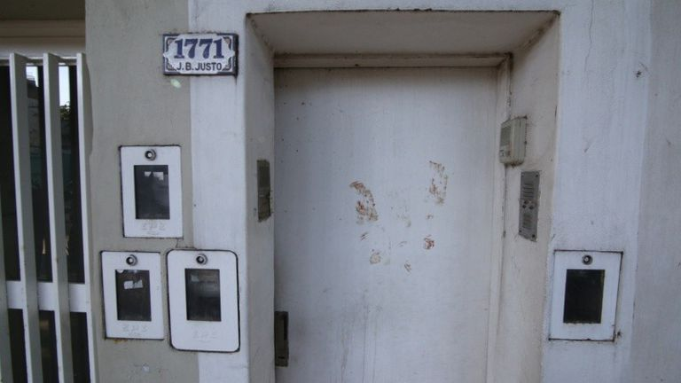 Brutal asesinato de un joven arquitecto para robarle el auto: las marcas que dejó en la puerta de su casa