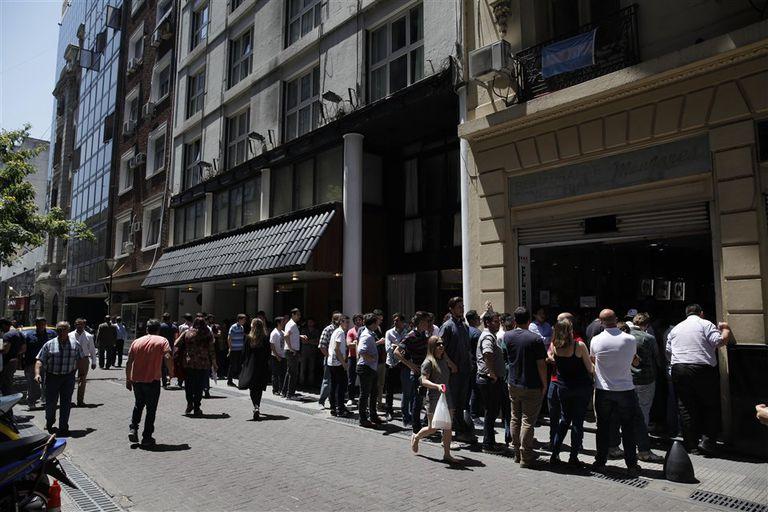 Un clásico en el centro porteño: en El Buen Libro, hacen fila para almorzar
