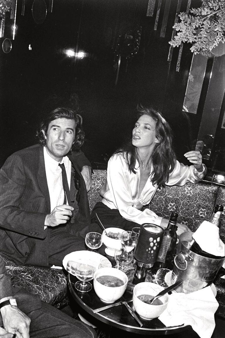 En 1981, en el club nocturno Regine de París, se divierte con su tercera pareja, el director francés de cine Jacques Doillon