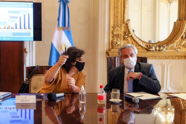 Alberto Fernández y la ministra de Salud, Carla Vizzotti, reemplazante de Ginés González García, desplazado por el escándalo del vacunatorio vip