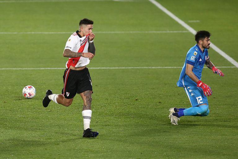 Enzo Fernández se besa el escudo, luego de abrir el marcador, de penal, para River