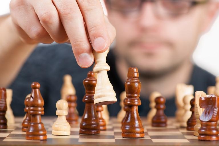 Comenzando con lecciones de ajedrez, Tom Vanderbilt decidió pasar un año persiguiendo una variedad de nuevas habilidades para sí mismo. Aprendió a cantar, dibujar, hacer malabares y surfear