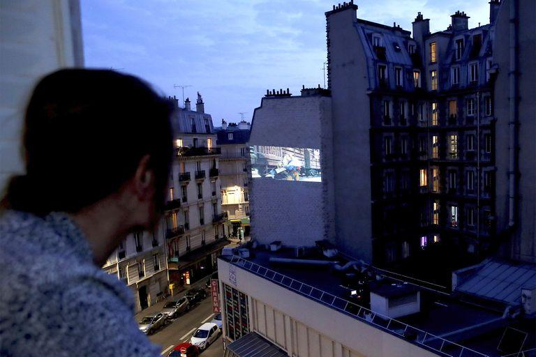 La proyección de La pradera sin ley, western de King Vidor, en la medianera del cine La Clef, en el Barrio Latino de la capital francesa. Las 88 salas de París, cuna del cine, continuarán cerradas hasta mediados de mayo.