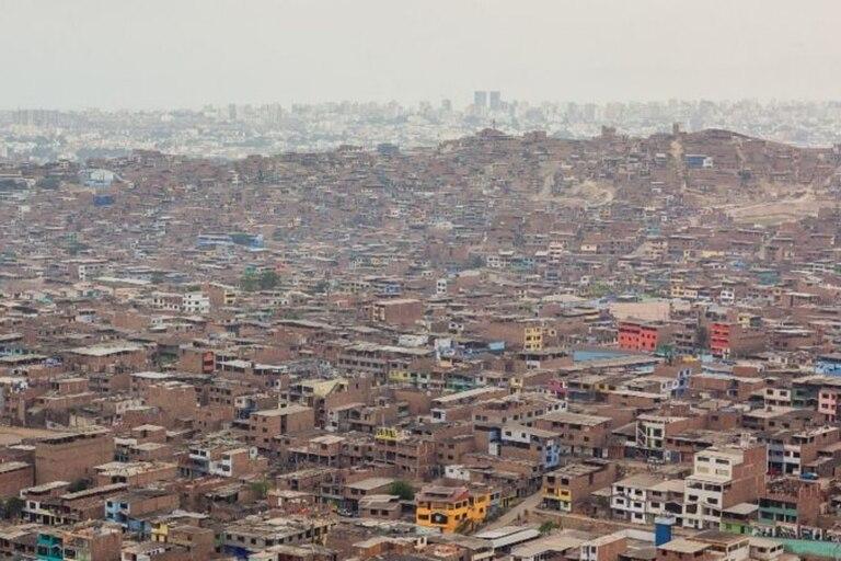 """""""En Perú la TB se concentra sobretodo en zonas urbanas y periurbanas en los barrios más pobres y marginales donde conviven la pobreza, el hacinamiento y la pobre nutrición"""", afirmó el Dr. Lecca"""