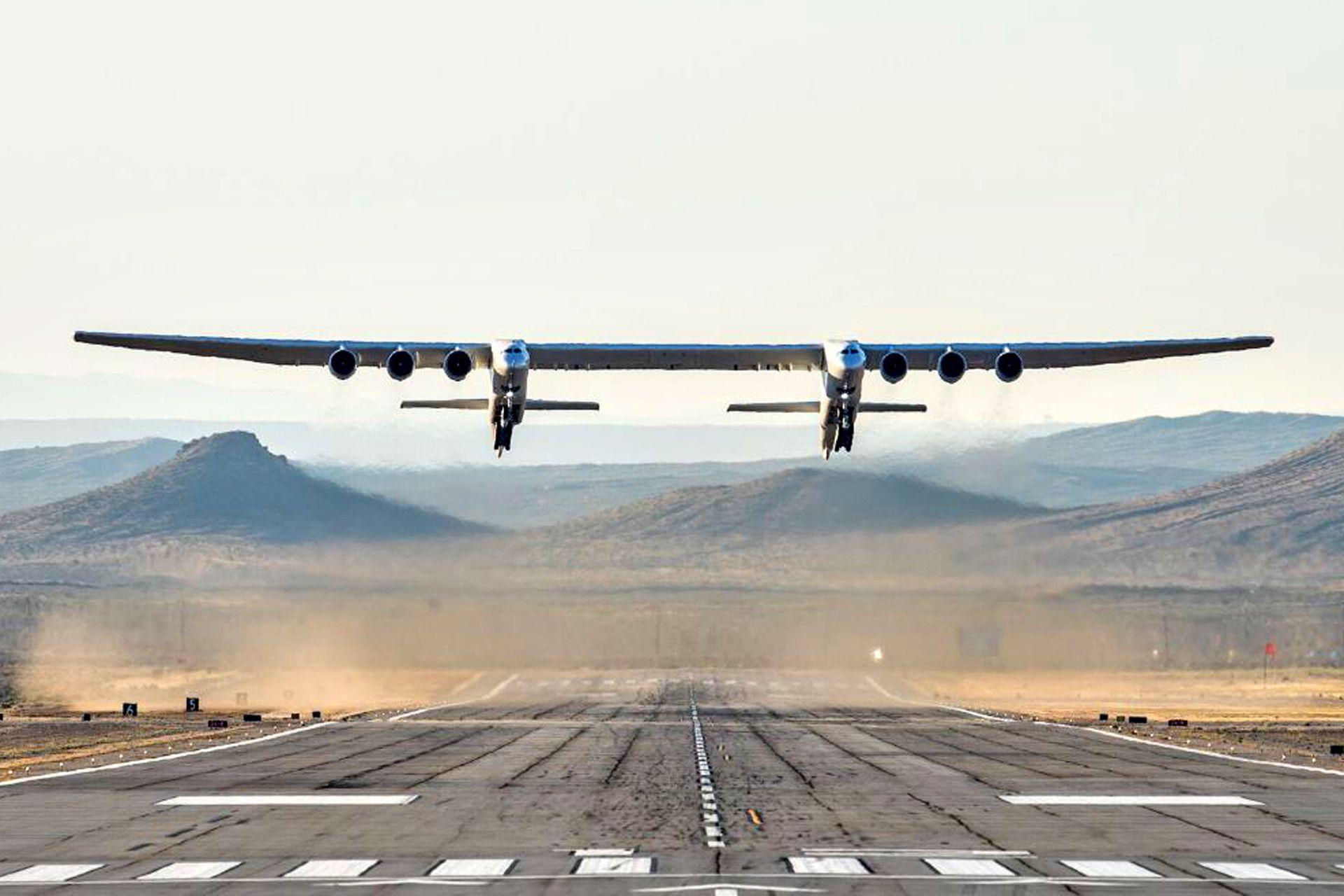 El extraño avión, construido por la legendaria compañía de ingeniería aeronáutica Scaled Composites en el desierto de Mojave, tiene dos fuselajes y está alimentado por seis motores de Boeing 747