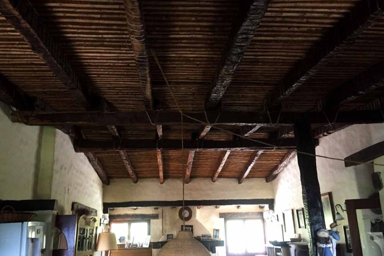 La vista interior de los techos de paja y madera