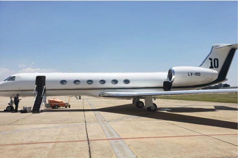 En la cola del avión se percibe el número 10, que siempre acompaña a Lionel Messi y a su familia