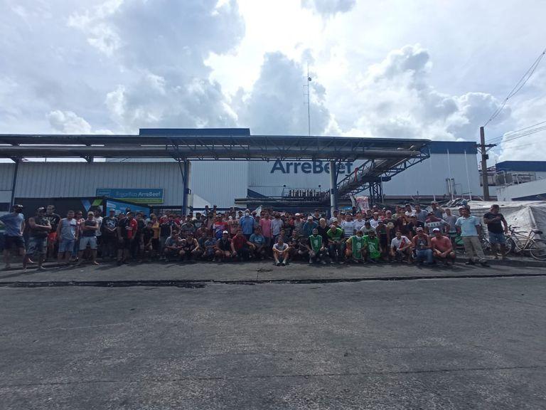 En medio de una disputa sindical, un grupo de trabajadores mantienen, hace seis días, bloqueado el ingreso a la planta frigorífica de ArreBeef en Pérez Millán