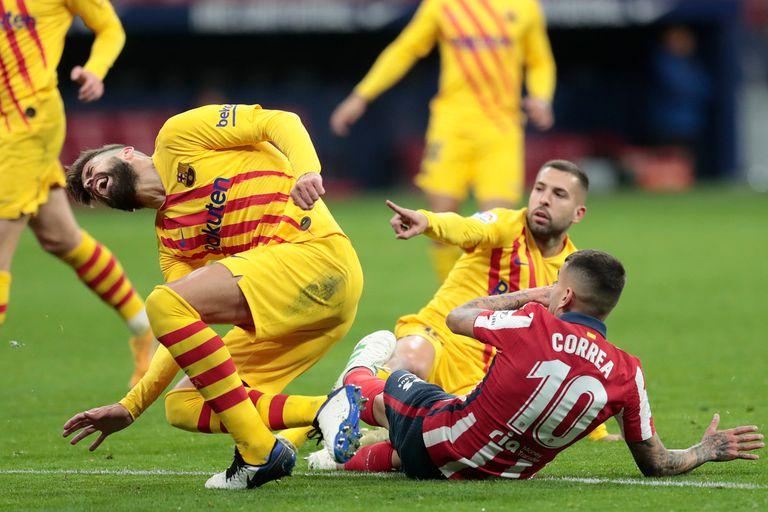 El dolor de Gerard Piqué; por ahora, se trata de un esguince de rodilla, pero puede ser peor.
