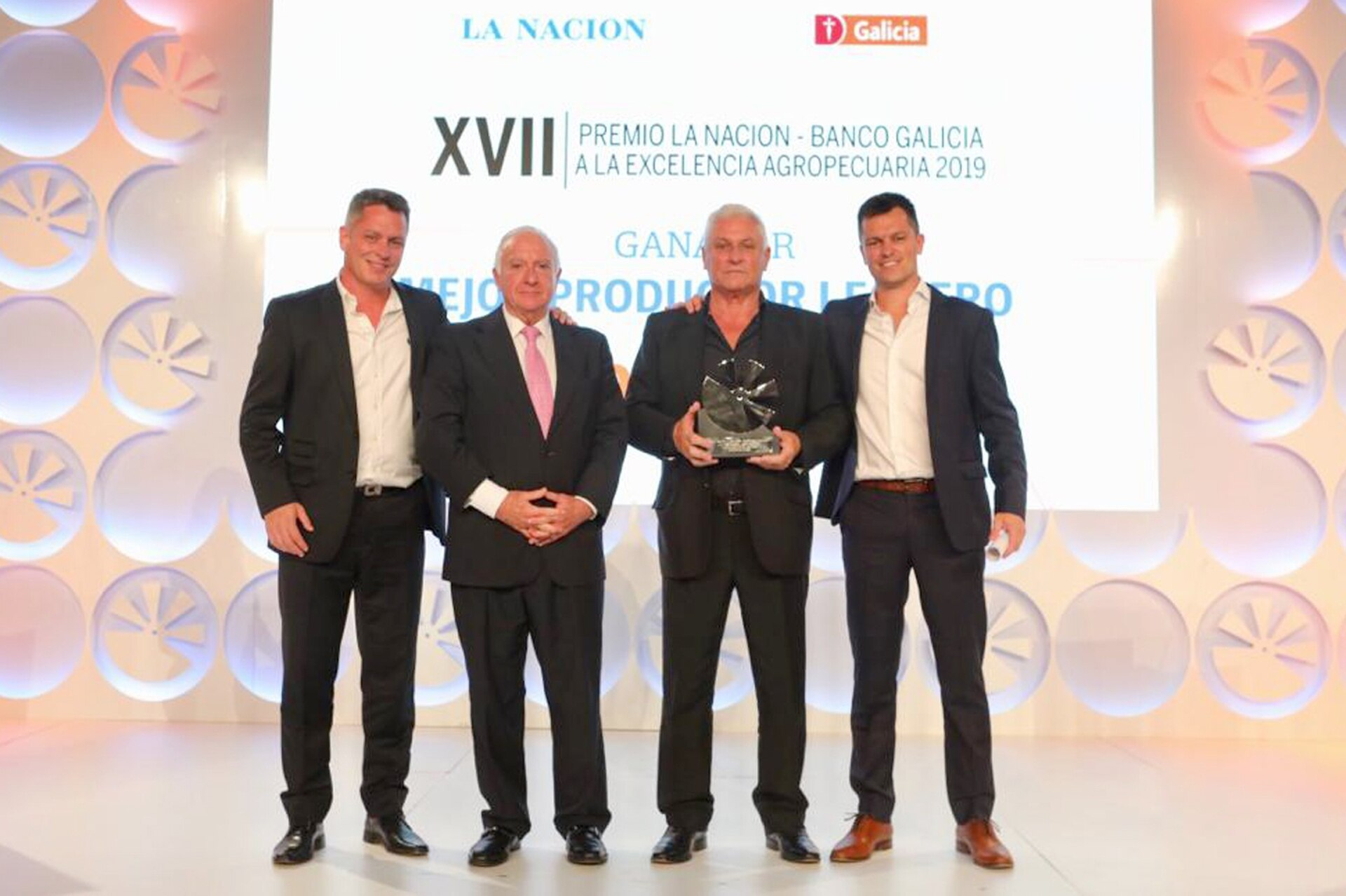 Norberto Frigerio, Director de Relaciones Institucionales de LA NACION entrega el premio al Mejor Productor Lechero