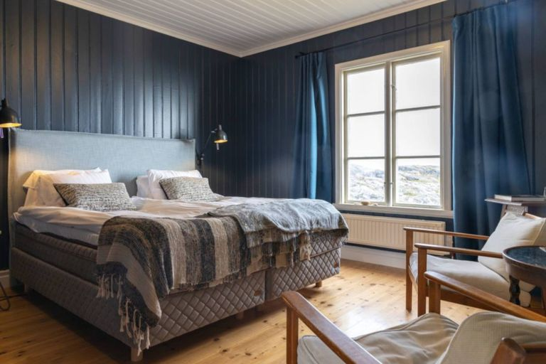 El hotel está inspirado en la isla, así que tanto la decoración como los muebles están orientados a la temática marítima en tonos azulados y tienen vista al faro, ya que persiguen el objetivo de poder admirar el lugar enteramente