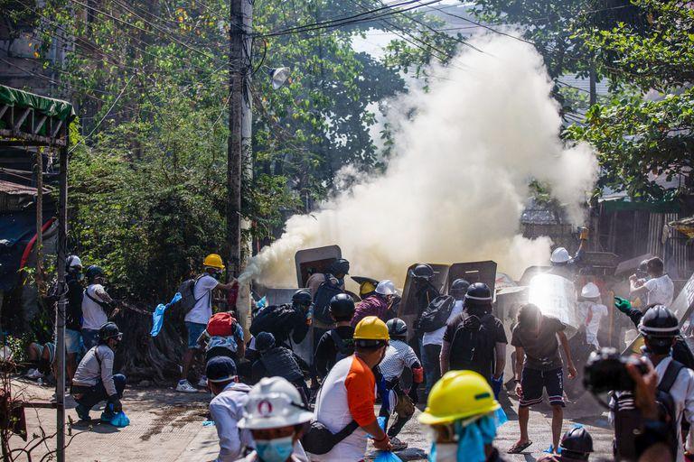 Efectivos militares reprimen una protesta en Rangún, Birmania, contra la junta golpista que tomó el poder en febrero de 2021
