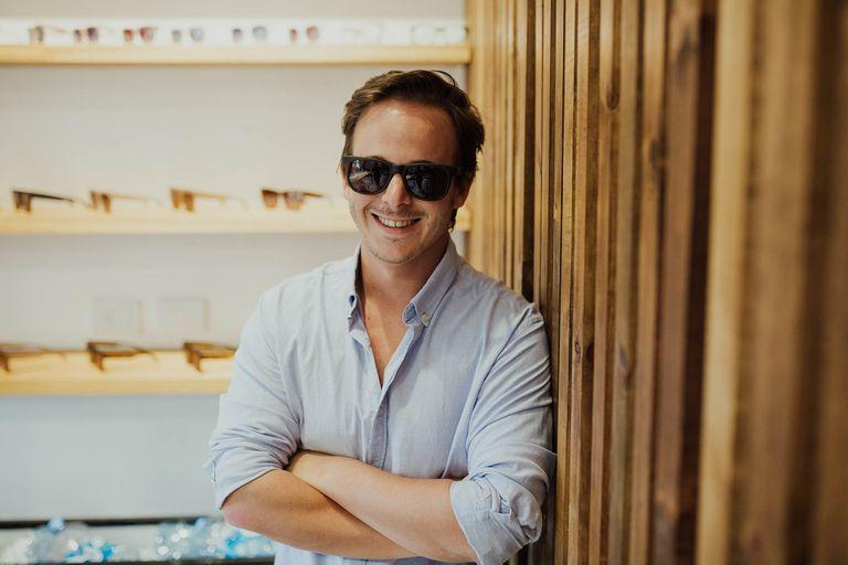 Con su marca Bond, Malcolm Rendle fabrica gafas de sol y lectura.