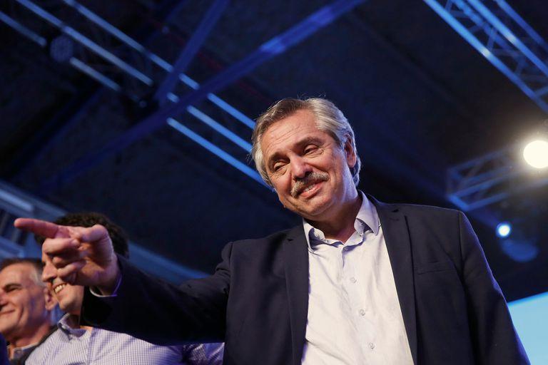 El candidato del Frente de Todos, Alberto Fernández saluda al público
