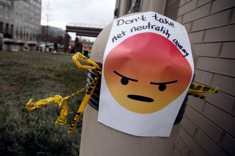 Protestas frente a la sede de la FCC por la decisión de anular la neutralidad de la red en EE.UU.