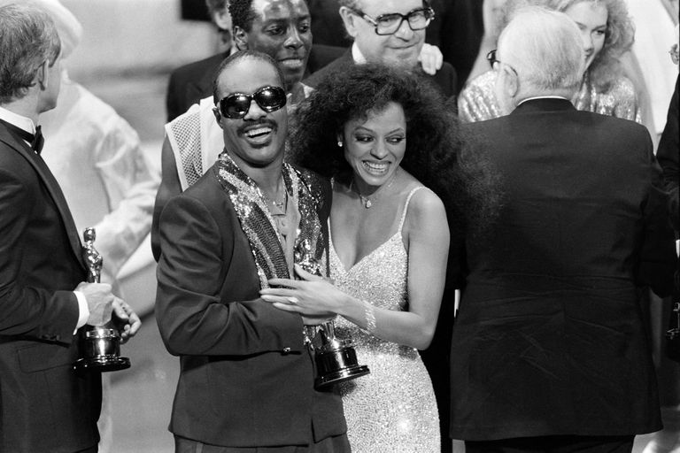 "Stevie Wonder con su amiga Diana Ross, que le entregó el premio Oscar a la Mejor canción original por ""I Just Called to Say I Love You*"