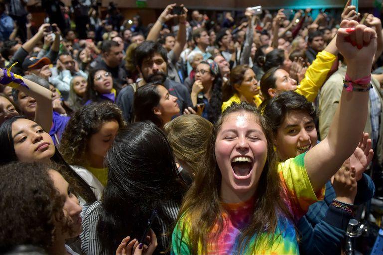 Los partidarios de la líder de la Alianza Verde de Colombia y futura alcaldesa de Bogotá, Claudia López, celebran después de ganar las elecciones regionales el 27 de octubre de 2019