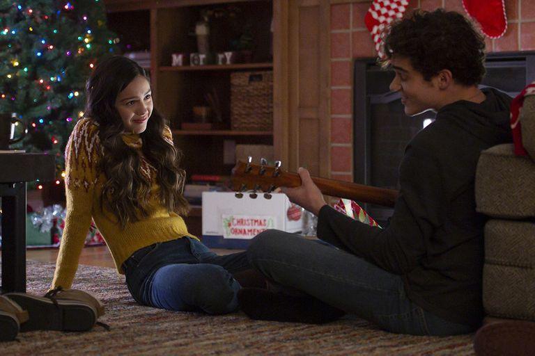 Olivia Rodrigo y Joshua Bassett, en una escena de High School Musical: The Musical, la serie.