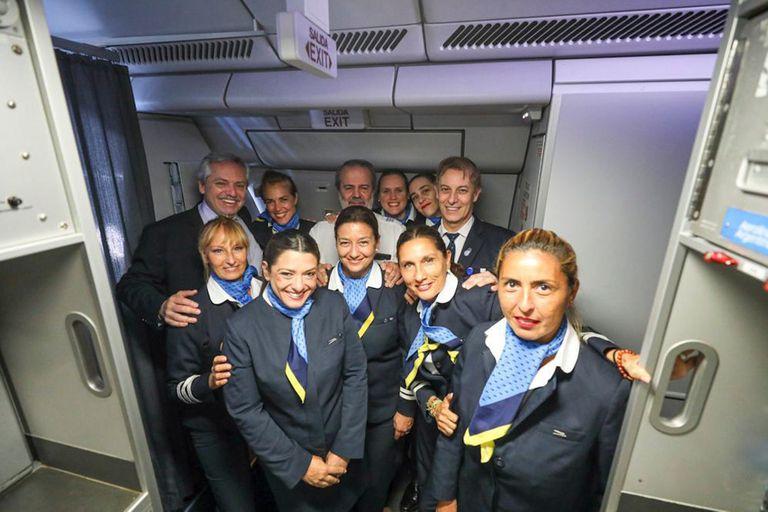 Alberto Fernández junto a la tripulación de Aerolineas