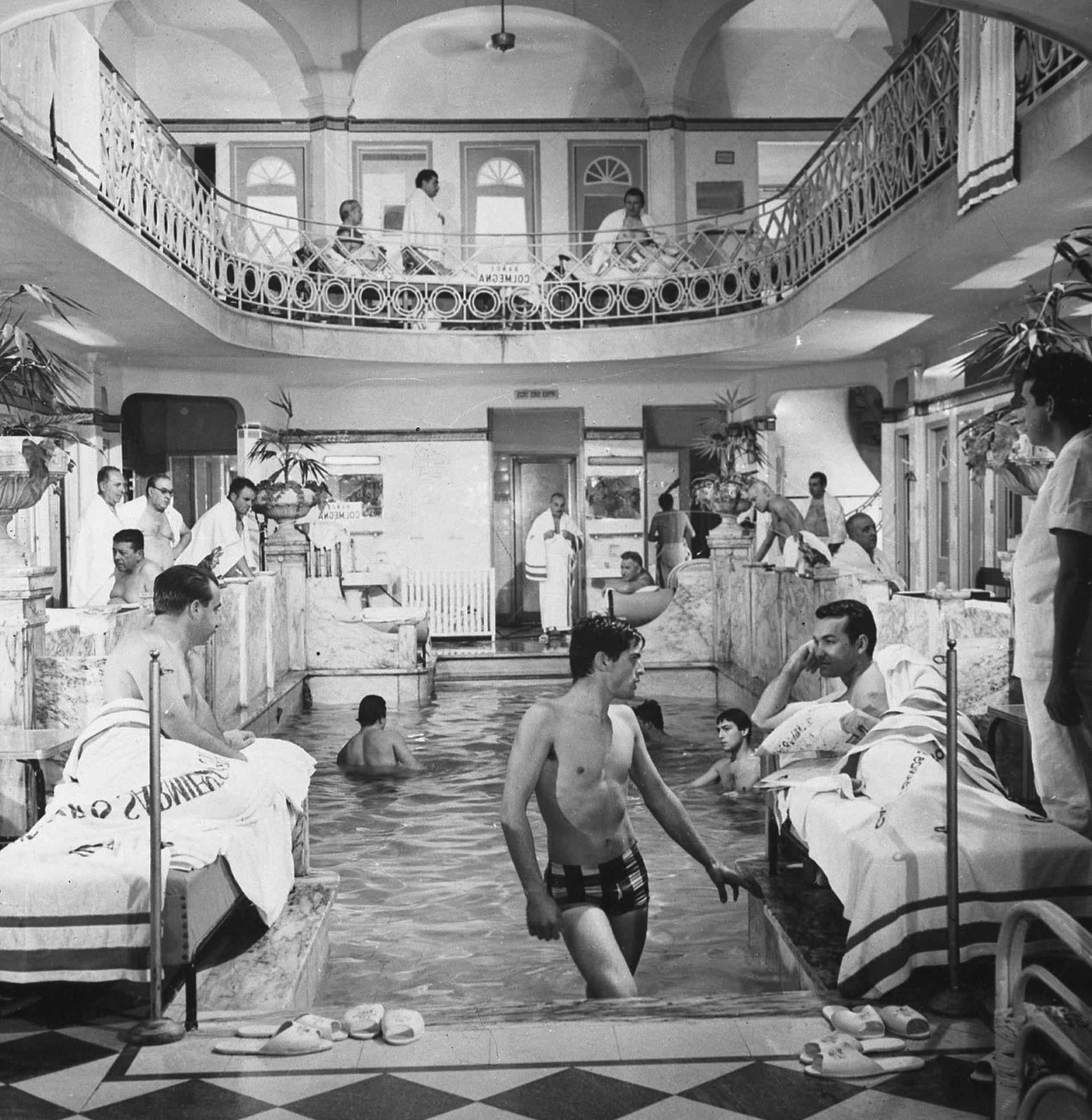 Según crónicas de la familia, a fines del siglo XIX, los hombres llegaban al lugar con la única intención de bañarse en sus cómodas instalaciones