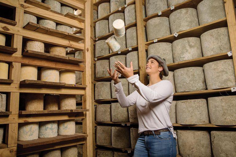 """""""Producimos quesos con nuestra propia leche, cuidando el sistema productivo de forma integral y sostenible, y respetamos las recetas originales"""", explica la polista, para dar muestras de su conocimiento en el tema, que la llevó a acompañar a su familia por distintas ferias en Francia."""