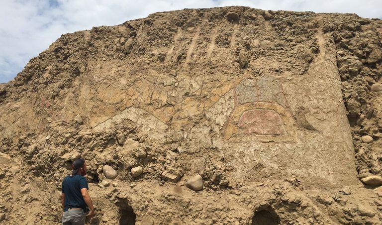 Una imagen del mural hallado en Perú. Si bien no se advierte a simple vista, los arqueólogos identificaron la figura de una araña empuñando un cuchillo