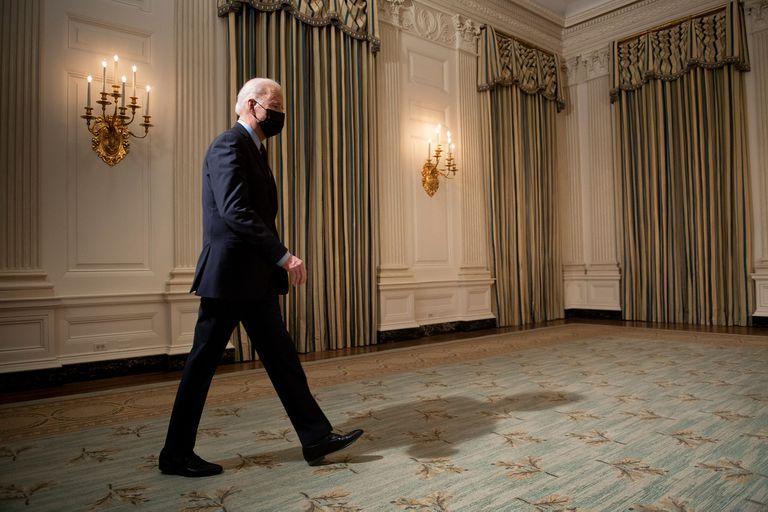 El presidente de los Estados Unidos, Joe Biden, llega al Comedor Estatal de la Casa Blanca, el 5 de febrero de 2021, para dar su discurso