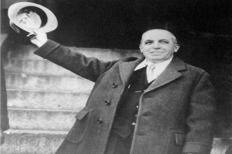 En 1934, Ponzi salió de la cárcel pero en vez de la libertad, le esperaba un proceso de deportación