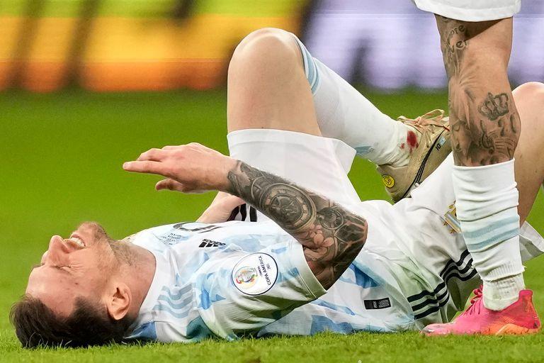 Sangre en el tobillo de Lionel Messi durante el partido que disputan Argentina y Colombia por la Copa América 2021