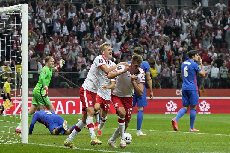 Damian Szymanski de Polonia celebra tras anotar el gol del empate de su equipo en el encuentro de clasificación a la Copa del Mundo ante Inglaterra en el estadio Narodowy en Varsovia, Polonia el miércoles 8 de septiembre del 2021. (AP Photo/Czarek Sokolowski)