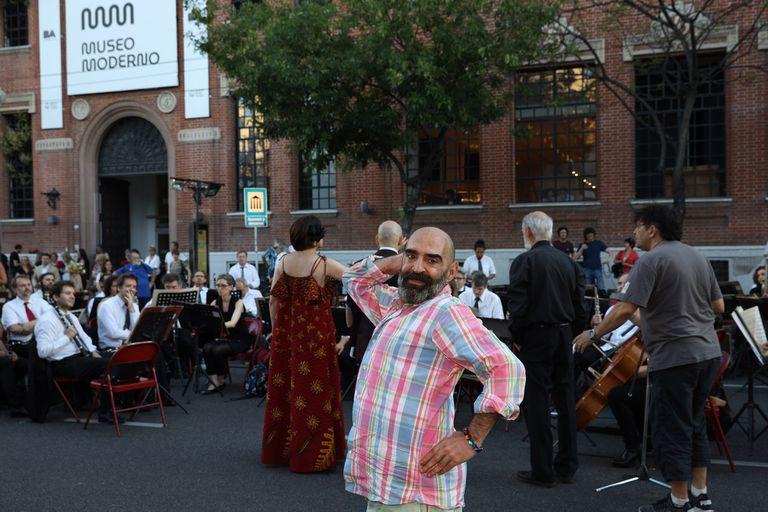 En la inauguración, el artista y la Banda Sinfónica detrás