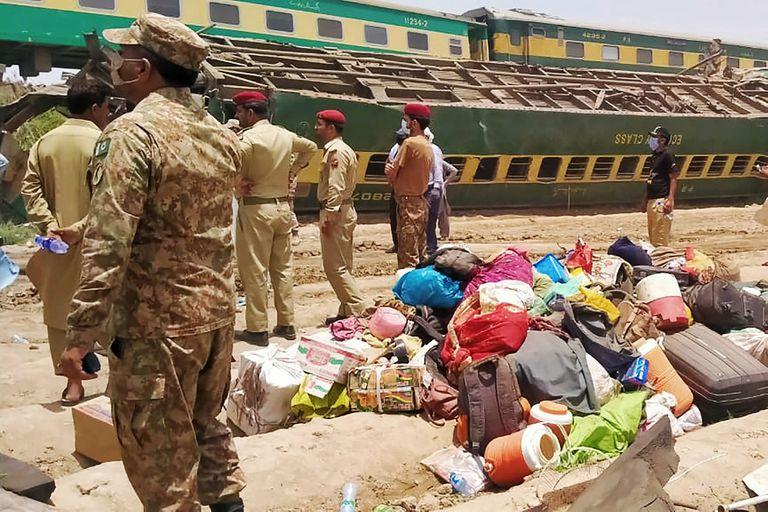 Todavía hay pasajeros atrapados entre los hierros retorcidos de los trenes