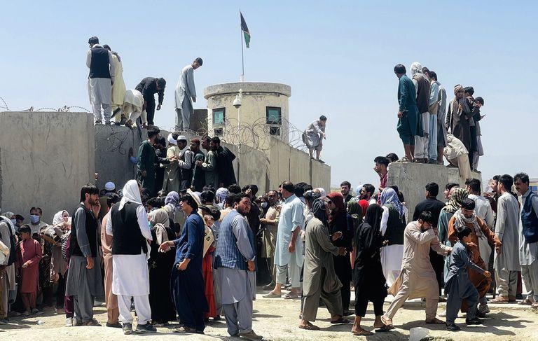 Miles de afganos intentan acceder al aeropuerto internacional Hamid Karzai mientras intentan huir de la capital afgana