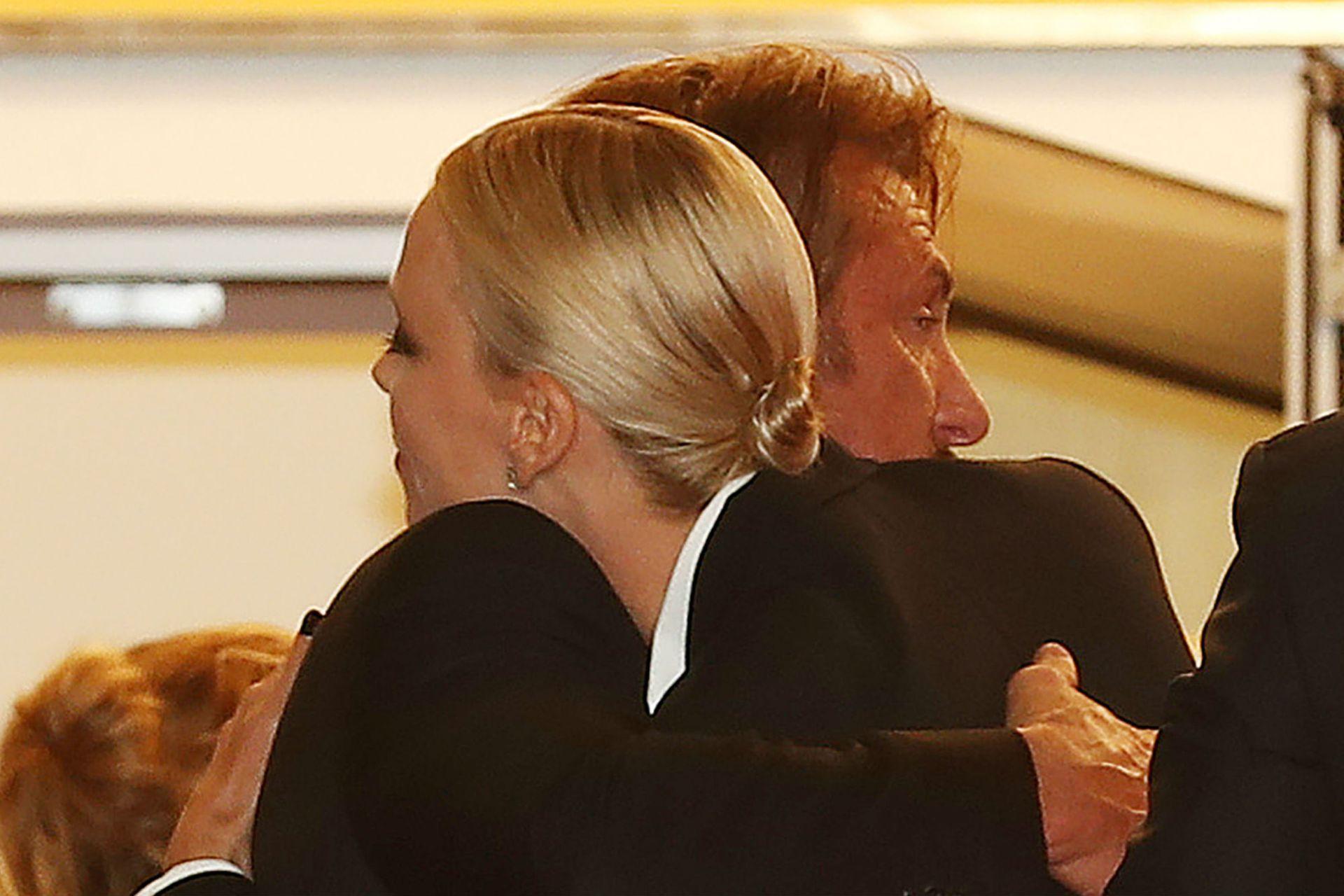 Abrazo entre Theron y Penn en la premiere de The Last Face en el festival de Cannes donde se presentó el film en 2016
