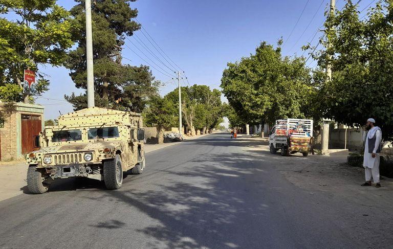 Un vehículo Humvee del Ejército afgano realiza un patrullaje el lunes 21 de junio de 2021 en la ciudad de Kunduz, al norte de Kabul, Afganistán (AP Foto/Abdullah Sahil)