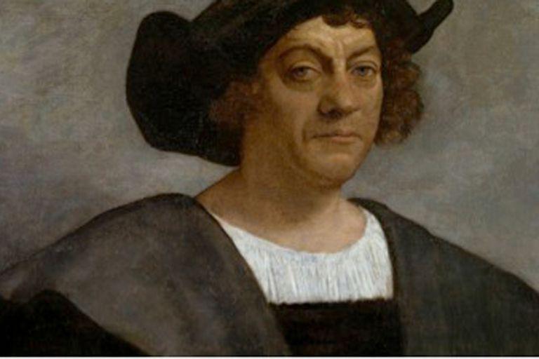 En la iconografía habitual y en nuestro monumento, Colón aparece afeitado, pero, sabemos, que para un marinero en alta mar no es fácil afeitarse