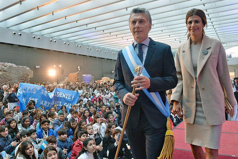 Macri, con Awada, se dirige a dar su discurso a alumnos y jubilados