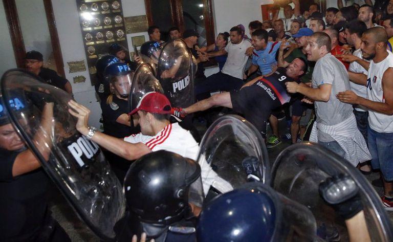 Dentro de la comisaría hubo choques entre manifestantes y policías