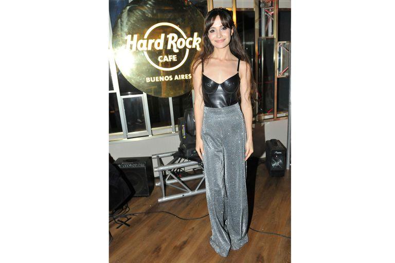 El look de Brenda Asnicar: un pantalón brilloso plateado y una ajustada remera negra