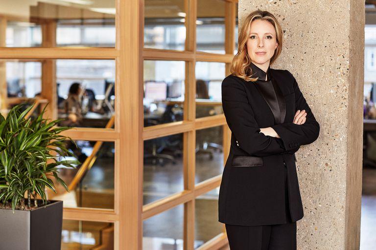 Es hija de una argentina, tiene 39 años, cuenta con gran trayectoria en el negocio del e-commerce y asumió como directora del British Fashion Council.