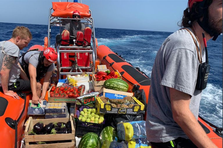 Los alimentos que Richard Gere ayudó a transportar hacia el buque humanitario