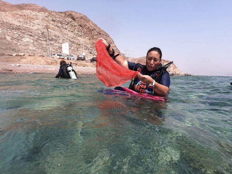 Una buzo participa de la limpieza submarina en el Mar Rojo