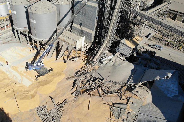 Colapsó un silo cargado con maíz en un puerto del Gran Rosario y hay dos heridos