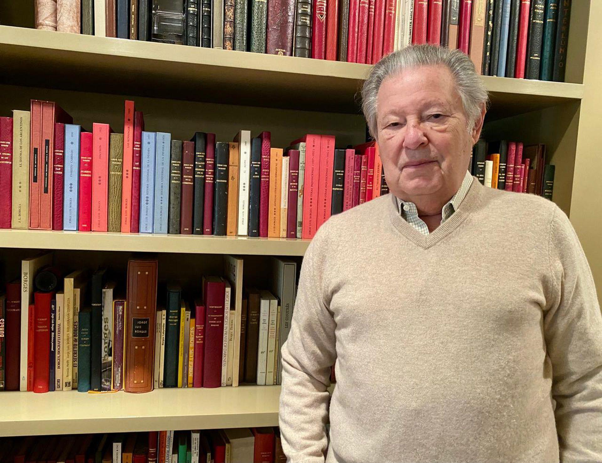 Ernesto Lowenstein, frente a la biblioteca de su oficina, en el primer piso de su casa, en Martínez.