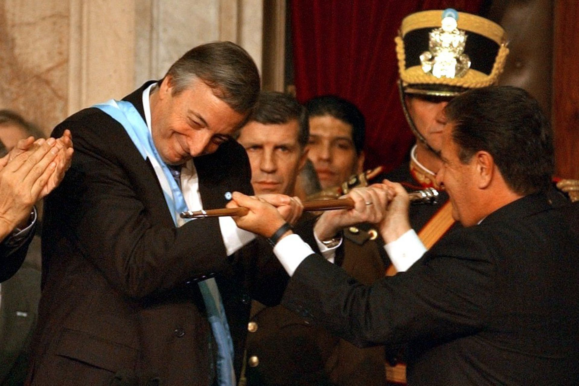 Néstor Kirchner recibe el bastón presidencial en manos del presidente saliente, Eduardo Duhalde