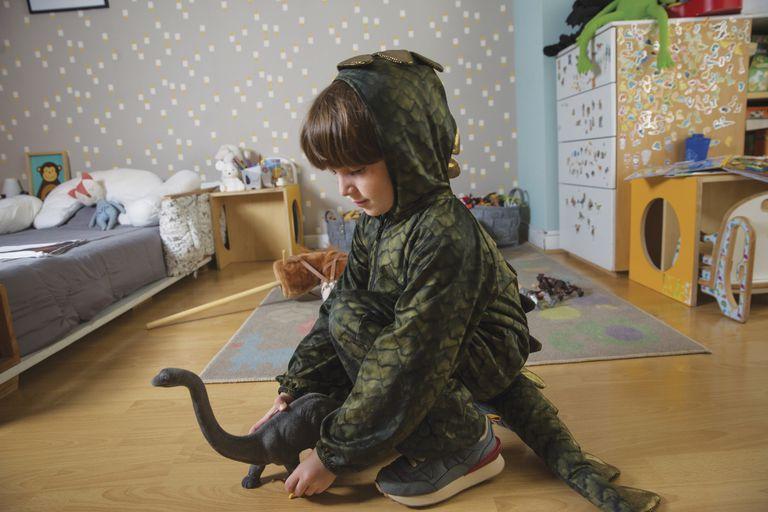 Fanático de los dinosaurios, se puso su mejor disfraz para la producción de fotos.