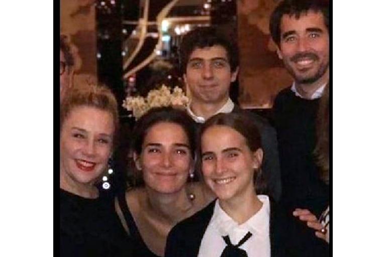 Arriba, los cuñados Agustín Goldenhorn y Nacho Viale. Abajo, Marcela Tinayre, Juana Viale y Ámbar de Benedictis