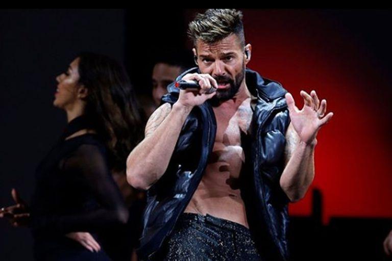 El cantante sorprendió a todos y quiso robarle un pico a los dos presentadores de Viña del Mar